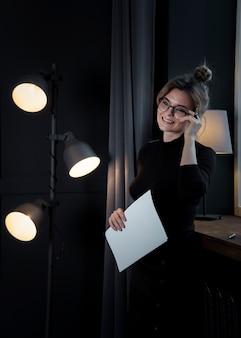 Portret van het jonge professionele vrouw weg kijken