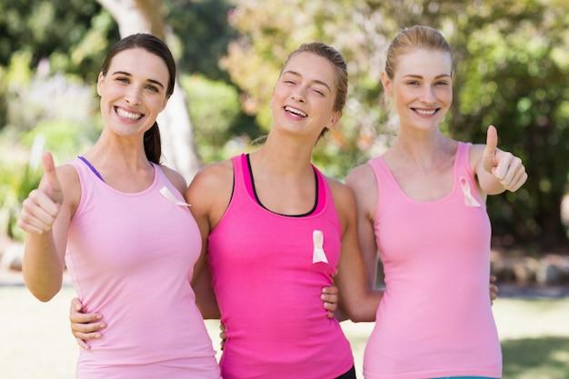 Portret van het jonge vrijwilligersvrouwen glimlachen