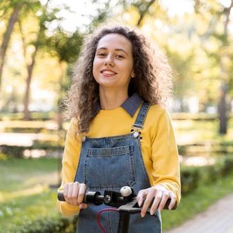 Portret van het jonge vrouw stellen