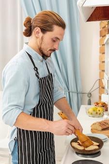 Portret van het knappe jonge mens koken