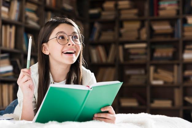 Portret van het leuke jonge meisje glimlachen
