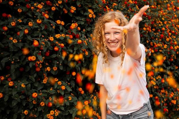 Portret van het leuke mooie jonge meisje glimlachen