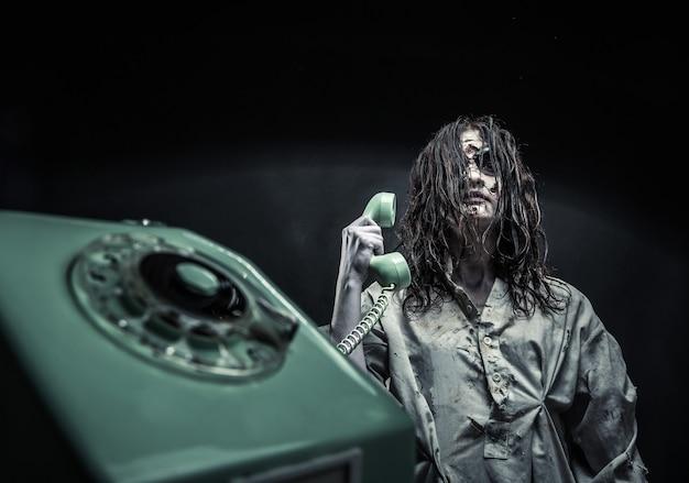 Portret van het meisje van de horrorzombie dat telefonisch belt. eng