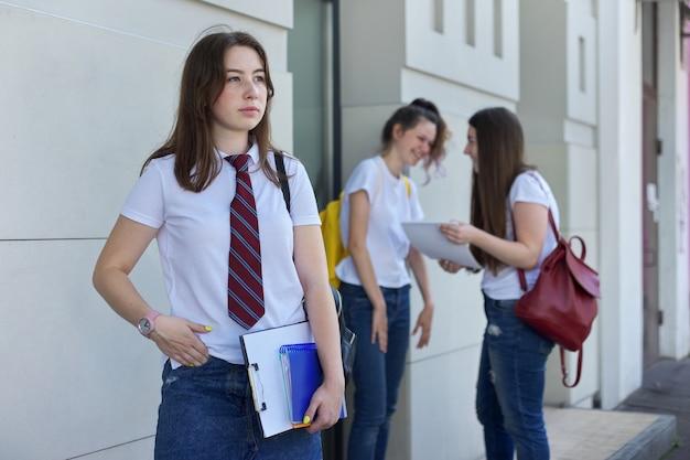 Portret van het meisje van de middelbare schoolstudent.