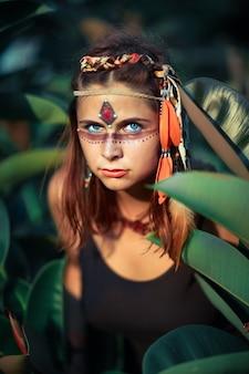 Portret van het mooie etnische vrouw openlucht stellen. creatieve make-up