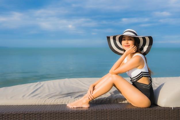 Portret van het mooie jonge aziatische vrouw ontspannen