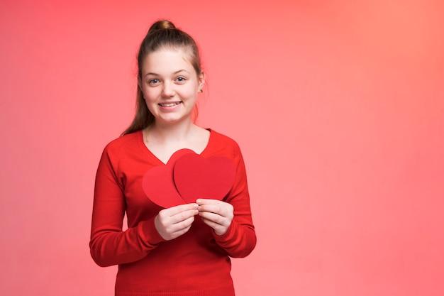 Portret van het mooie jonge meisje stellen