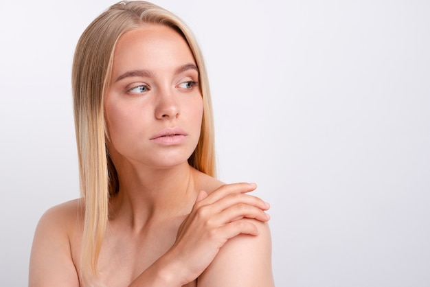 Portret van het mooie jonge vrouw weg kijken