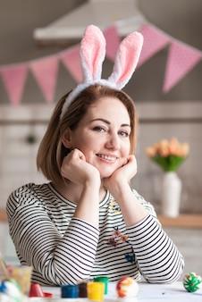 Portret van het mooie vrouw stellen met konijntjesoren