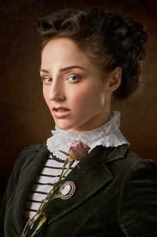 Portret van het mooie vrouwengezicht met een roos