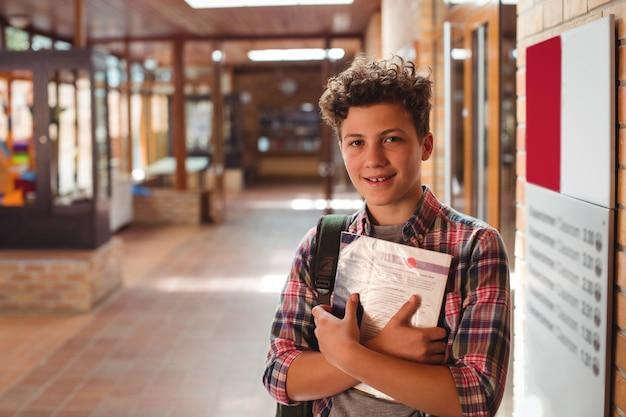 Portret van het notitieboekje van de schooljongenholding in gang
