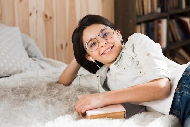 Portret van het positieve jonge meisje glimlachen