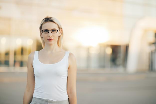Portret van het professionele bedrijfsvrouw openlucht glimlachen