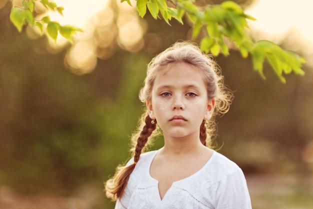 Portret van het serieuze meisje buitenshuis