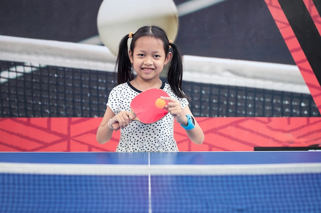 Portret van het speltafelspel van het glimlach aziatisch meisje