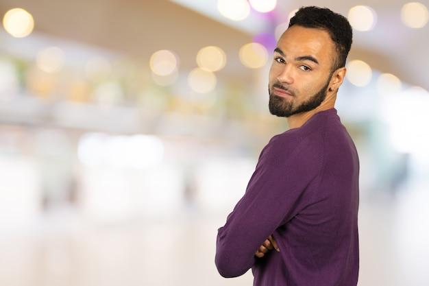 Portret van het sterke en knappe afrikaanse mannelijke student kijken glimlachen