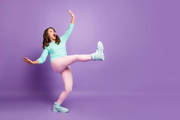 Portret van het volledige lichaamsprofiel van bange gekke dame, been omhoog lopen, gladde weg naar beneden vallen, dragen casual pluizige trui roze pastel broek schoenen.