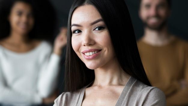 Portret van het volwassen vrouw glimlachen