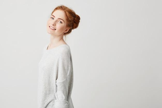 Portret van het vrolijke gelukkige mooie roodharigemeisje glimlachen.