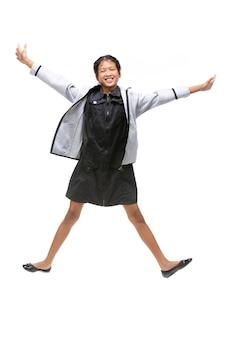 Portret van het zwarte aziatische kind springen geïsoleerd op wit.