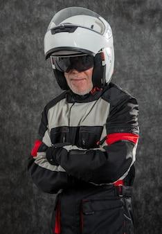 Portret van hogere fietser met witte helm