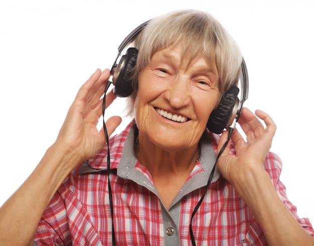 Portret van hogere vrouw die aan muziek luistert