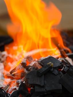 Portret van houtskool branden met vuur klaar voor grillen en barbecue