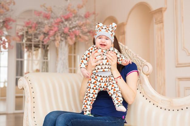 Portret van huilende babyjongen in de kamer