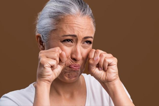 Portret van huilende oudere vrouw