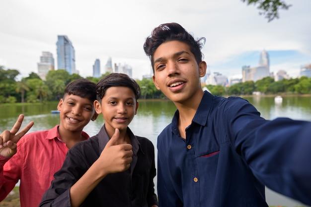 Portret van indiase familie samen ontspannen in het park