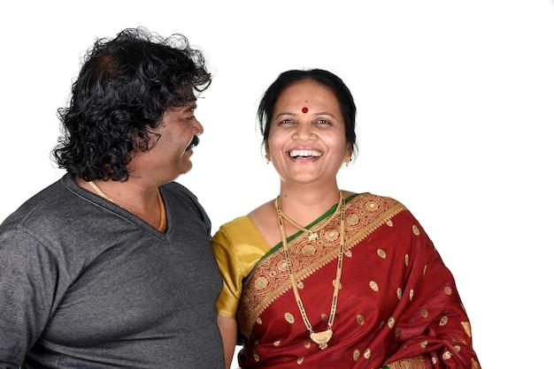Portret van indiase paar op achtergrond