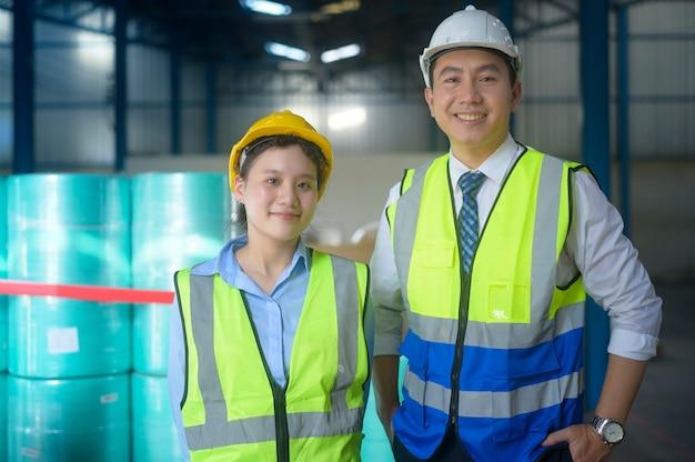 Portret van ingenieur aziatische mensen in modern magazijn