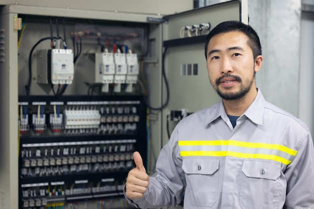 Portret van ingenieur power systems in fabriek, industrie.