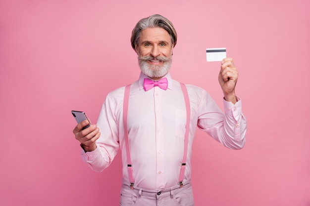 Portret van inhoud blij man in handen debetkaart te houden