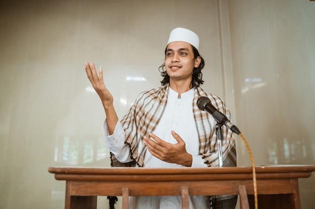Portret van islamitische mannelijke predikant delen over islam tijdens gebedstijd in de moskee