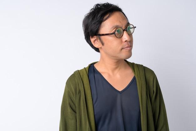 Portret van japanse man denken tegen witte achtergrond