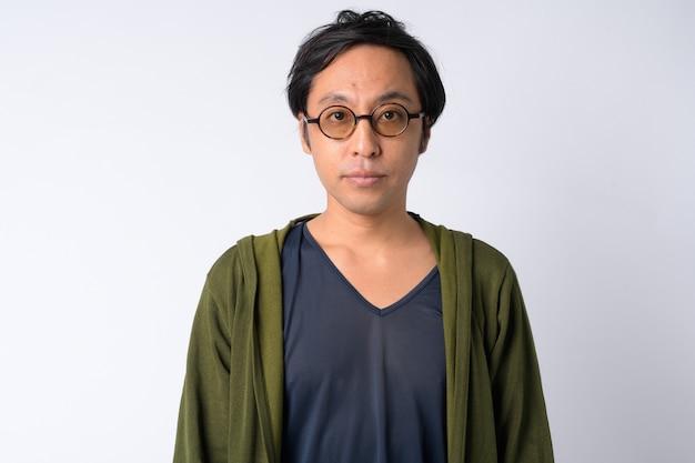Portret van japanse man met bril tegen witte pagina