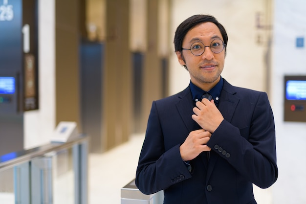 Portret van japanse zakenman in de ontvangsthal van het kantoorgebouw