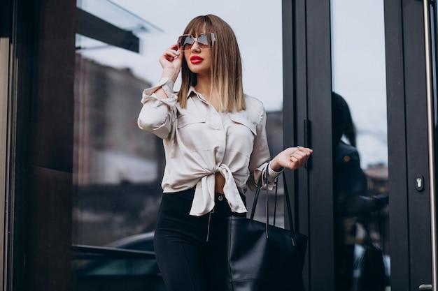 Portret van jong aantrekkelijk vrouwenmodel dat zwarte broeken draagt