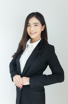 Portret van jong aziatisch bedrijfsvrouwen welkom het begroeten gebaar over witte achtergrond.