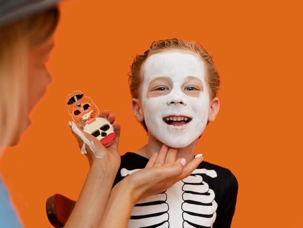 Portret van jong geitje met griezelig halloween-kostuum