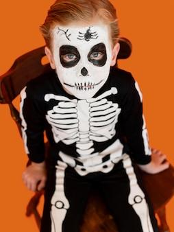 Portret van jong geitje met halloween-kostuum