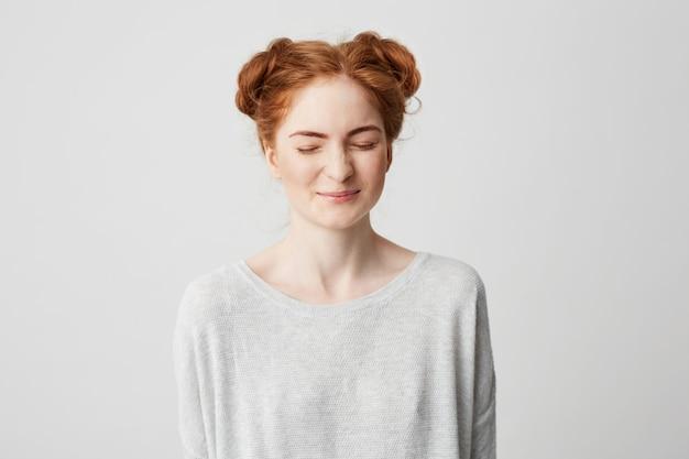 Portret van jong leuk foxy meisje dat met gesloten ogen lacht.