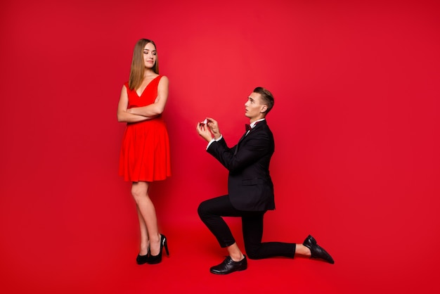 Portret van jong leuk paar op een rode achtergrond