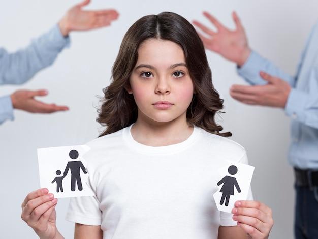 Portret van jong meisje droevig voor oudersscheiding