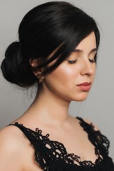 Portret van jong mooi donkerbruin meisje van kaukasisch uiterlijk