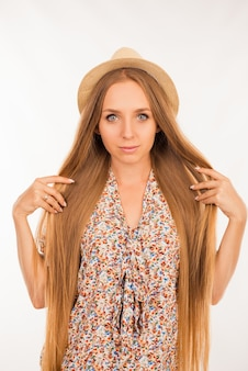 Portret van jong mooi meisje dat lang perfect haar toont