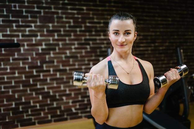 Portret van jong sportief meisje die zich bezighouden met sport en fitness.