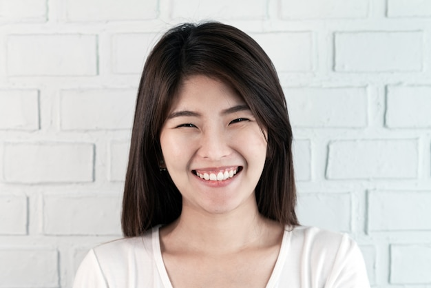 Portret van jonge aantrekkelijke aziatische donkerbruine vrouw