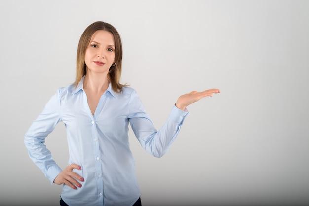 Portret van jonge aantrekkelijke bedrijfsdame die op wit geïsoleerde achtergrond toont